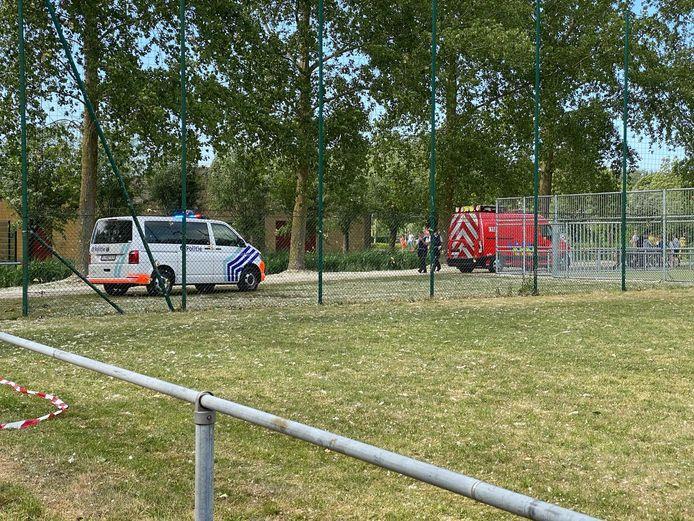 Politie en brandweer aan het sportterrein.