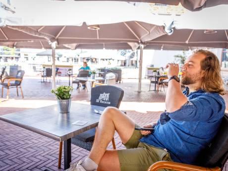 Terrassen druppelen voorzichtig vol in Steenwijk: 'Het seizoen is geopend!'