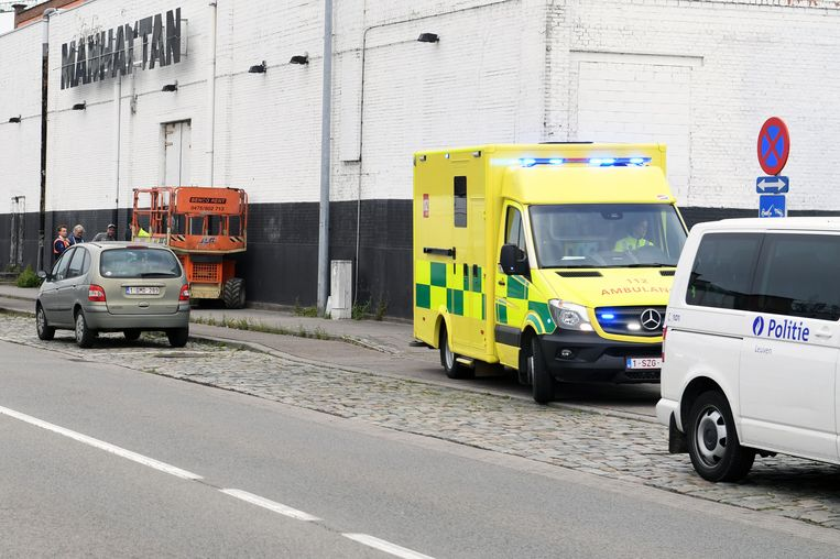 De man werd met een open beenbreuk naar het ziekenhuis gebracht.