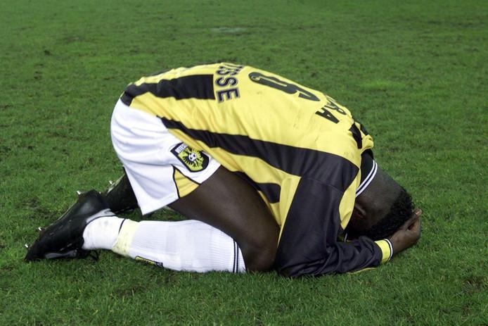 Mahamadou Diarra van Vitesse ligt teleurgesteld op de grond na het verlies in de halve finale om de Amstel Cup tegen Roda JC.