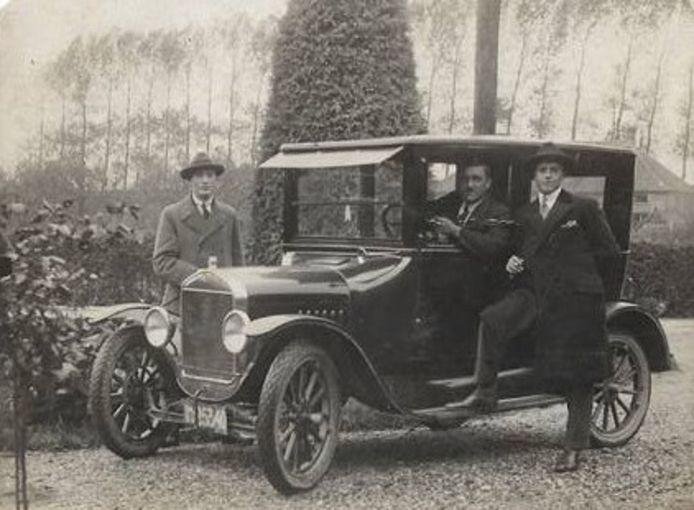 Jantje Jurriëns aan het stuur van zijn T-Ford.