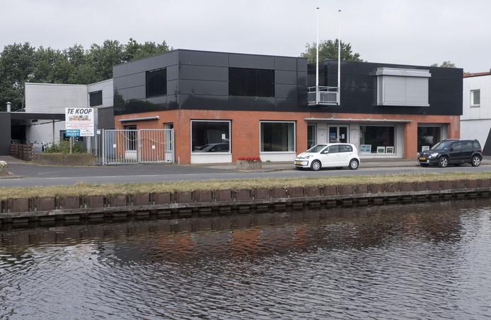 Het pand van Oude Monnik Motors aan het kanaal Noorderweg is verkocht en wordt een fietsenzaak.