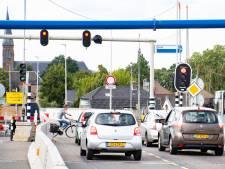Fietsers moeten op Waalbrug weer dubbele rijbaan oversteken