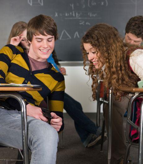 Student houdt orde in de klas terwijl de docent vanuit huis lesgeeft