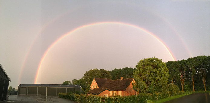 Een dubbele regenboog.
