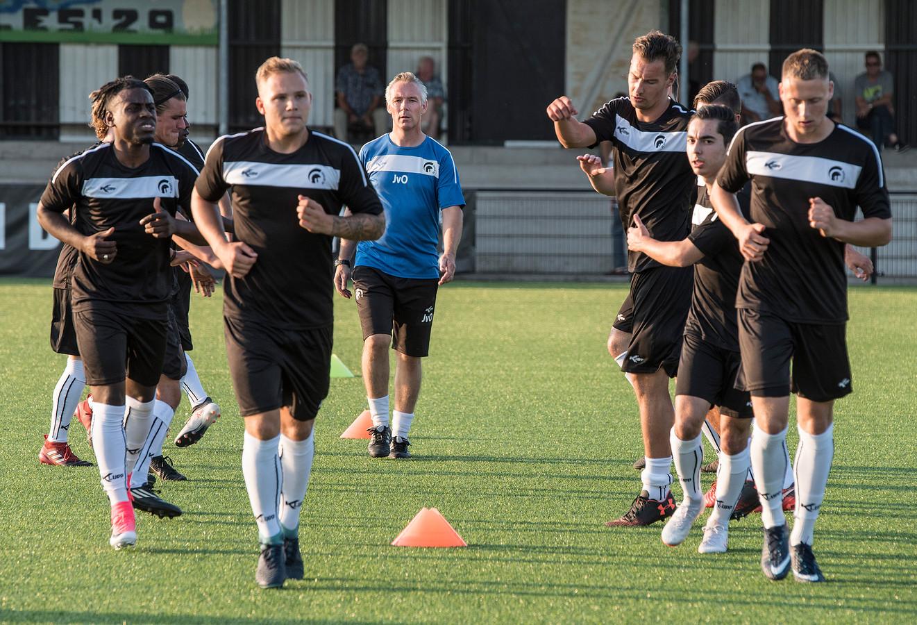Achilles'29 start de voorbereiding. In het midden gelegenheidstrainer Johan van Osch. Links vooraan nieuwkomer Thomas Loning, rechts vooraan Bram van Dongen.