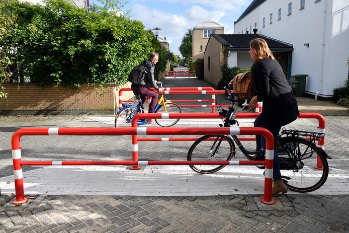 Aan De Delta werden in september vier roodwitte hekken geplaatst, om fietsers af te remmen.