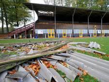 Voetbaltoernooi VVO gaat door ondanks stormschade aan tribune en takken