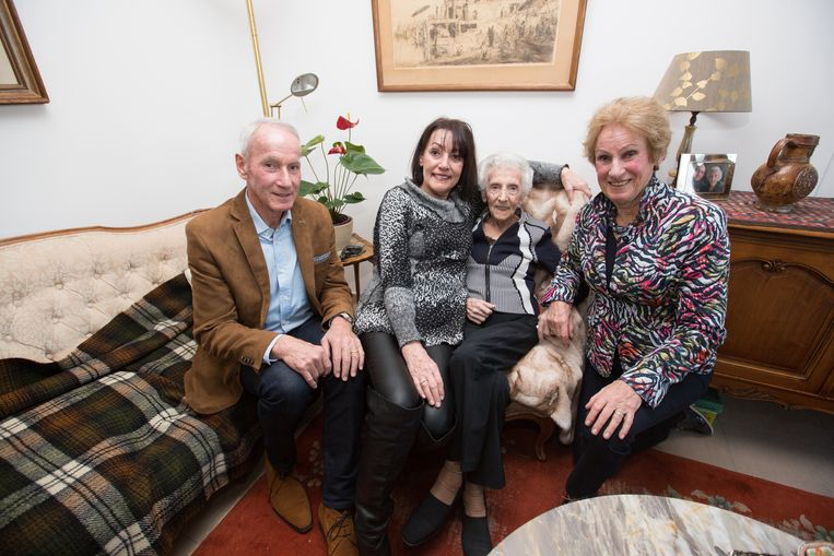 Josina De Vries op de sofa met haar jongste dochter Florence, haar oudste Marguerit en haar zoon Hans die mee de verjaardag van hun 'grootmoe' kwamen vieren.