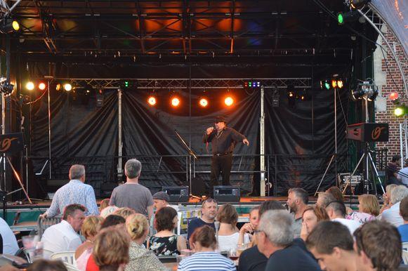 'Nico Zingt Hazes' zondag op het driedaagse 'Flierefluiterfestival'.