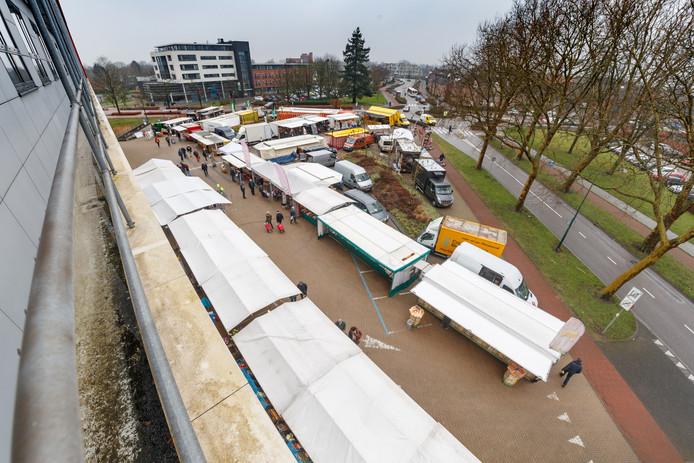 De weekmarkt van Zevenbergen bivakkeert tijdelijk op het plein voor het gemeentehuis, maar keert dit voorjaar terug naar het centrum.