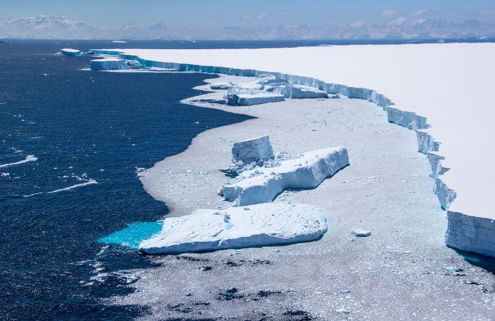 Stukken ijs breken af van A-68A.