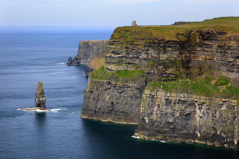 Blik op de Cliffs of Moher, een bekende plek van de Ierse kust aan de Atlantische Oceaan.