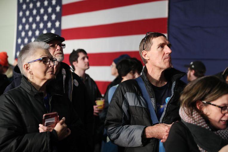 Supporters van de Democratische kandidaat Bernie Sanders wachten op de uitslag. Beeld Getty Images