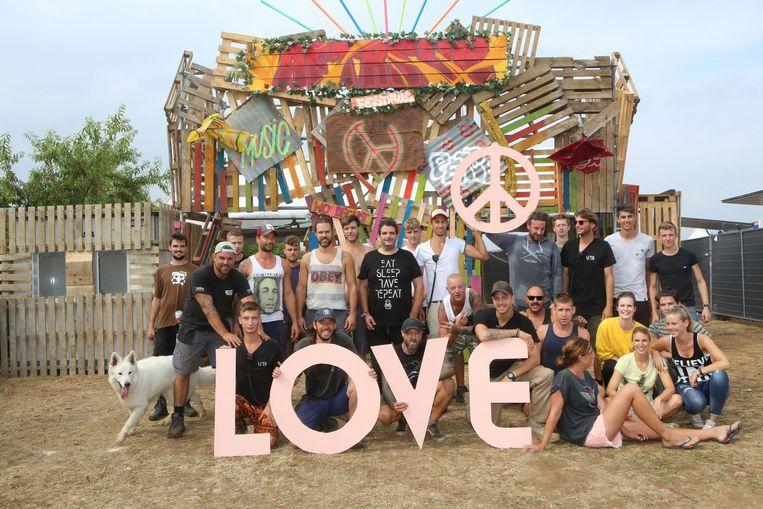 De organisatoren van Aftrsun toen het thema 'Woodstock en love&peace' was.