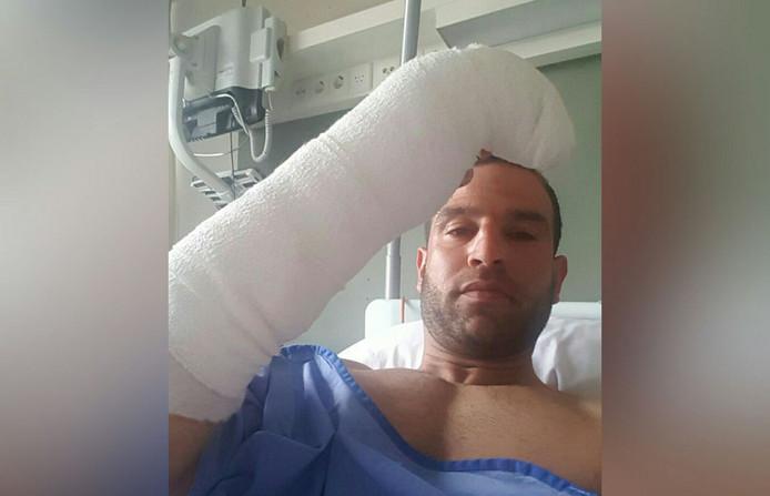 Doelman Gökhan Göktepe in het ziekenhuis afgelopen zondag. Zijn arm zit voorlopig in het gips.