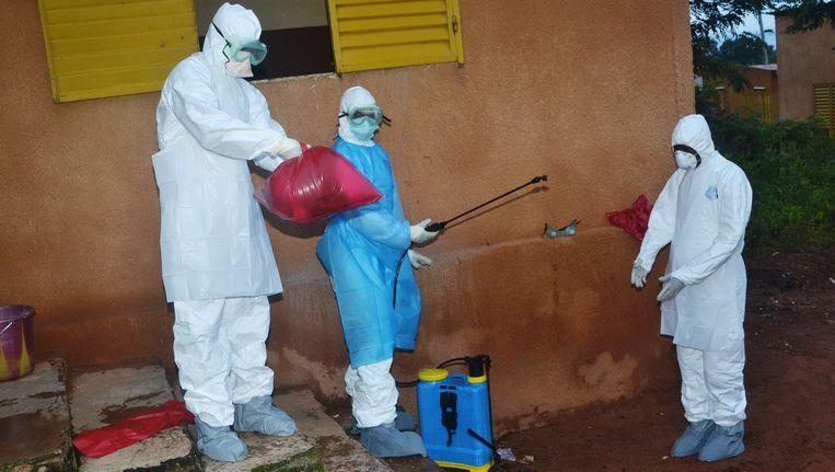 Gezondheidsmedewerkers maken zichzelf schoon na een dag werk in het ziekenhuis in Pita Beeld anp