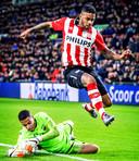 Gino Coutinho met AZ in actie tegen zijn oude club PSV.
