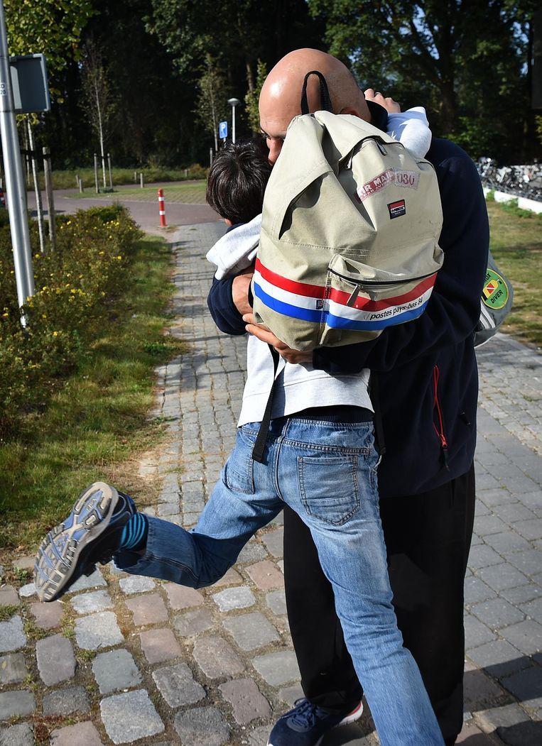 Mohannad en zijn zoon in Nijmegen. De Volkskrant volgt hem sinds zijn aankomst als asielzoeker. Beeld Marcel van den Bergh / de Volkskrant