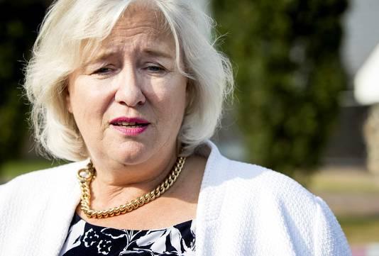 Burgemeester Marianne Schuurmans van de gemeente Lingewaard staat de pers te woord.