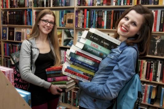 Irene Dijkserhuijs (l) en Nanouk Meijer zijn twee van de Amersfoortse jongeren die actief zijn op het gebied van literatuur en lezen.