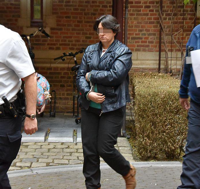 Ilda S. op weg naar de raadkamer. De vrouw blijft een maand langer vast.