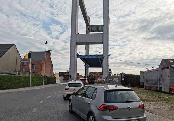 Automobilisten stonden gisterenavond een uur lang te knarsetanden voor een defecte brug.