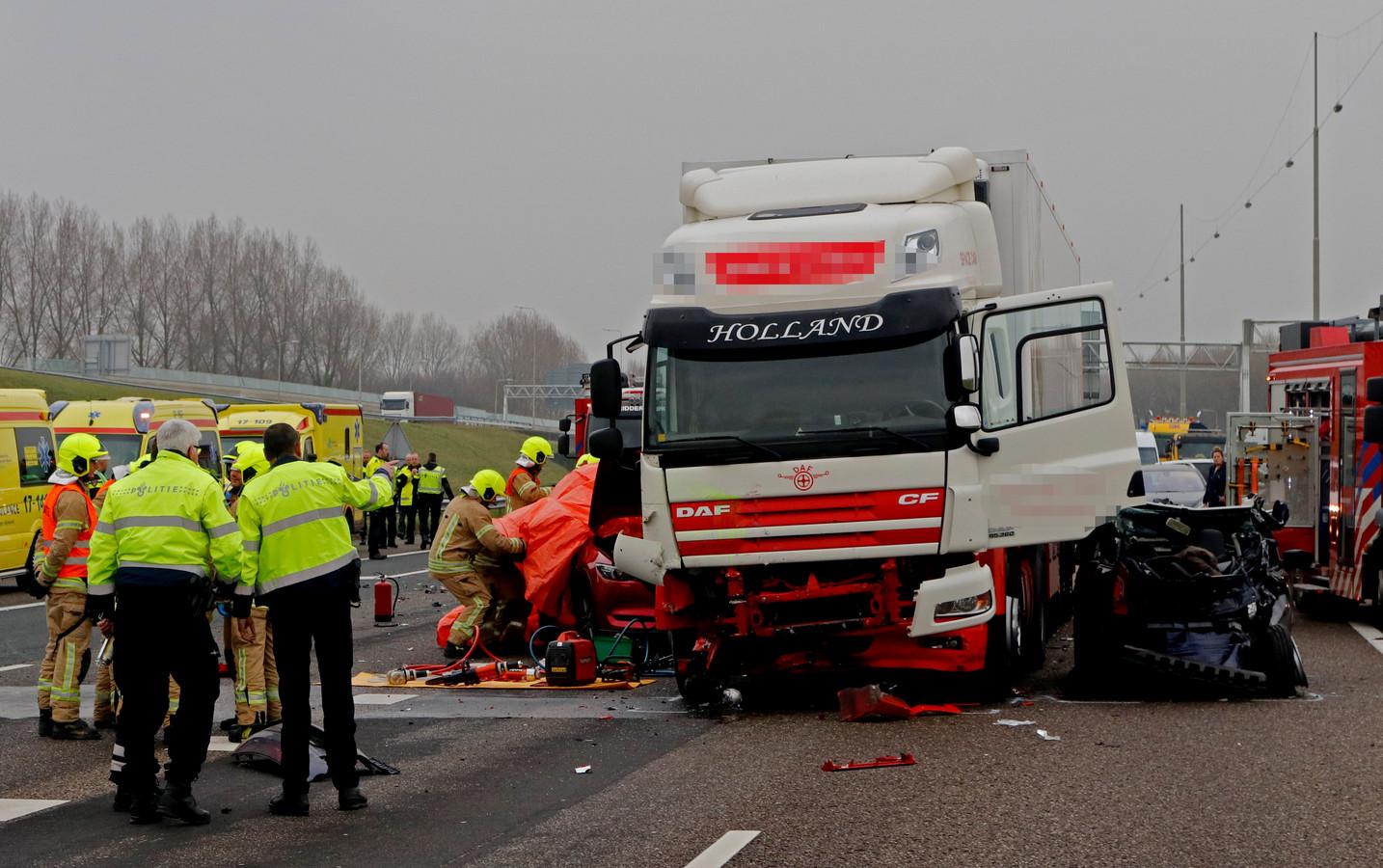 De vrachtwagenchauffeur die op 13 januari 2018 op de A16 bij het knooppunt Ridderkerk op een file inreed, was aan het whatsappen.