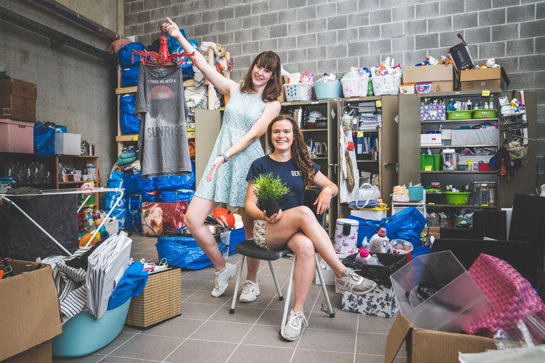 Anouk de Visser en Sara Helsen tonen het ruime aanbod van de Swap Shop.