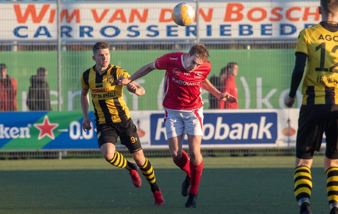 Simon van Zeelst kopt de bal weg tegen DVS'33. Zaterdag scoorde hij voor DOVO tegen De Dijk, maar dat was niet voldoende voor de zege: 1-1.