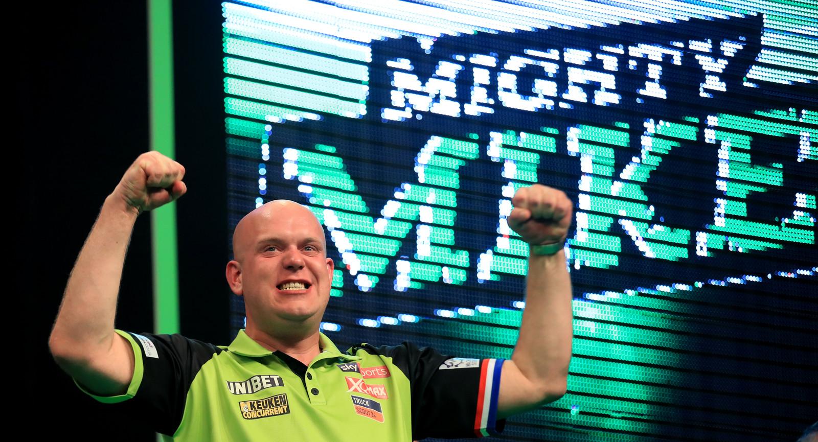 Michael Van Gerwen viert het winnen van de Premier League of Darts-finale tegen Rob Cross.