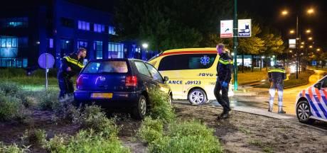 Auto schiet rechtdoor over rotonde in Soest, bestuurster in de boeien geslagen