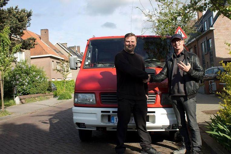 Sammy (rechts) en Filip, de vinder van de ring, voor de oude brandweerwagen.