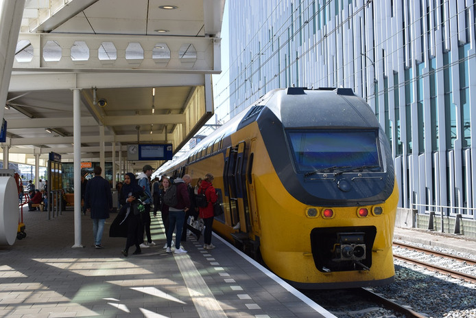 Een trein op station Leiden Centraal.