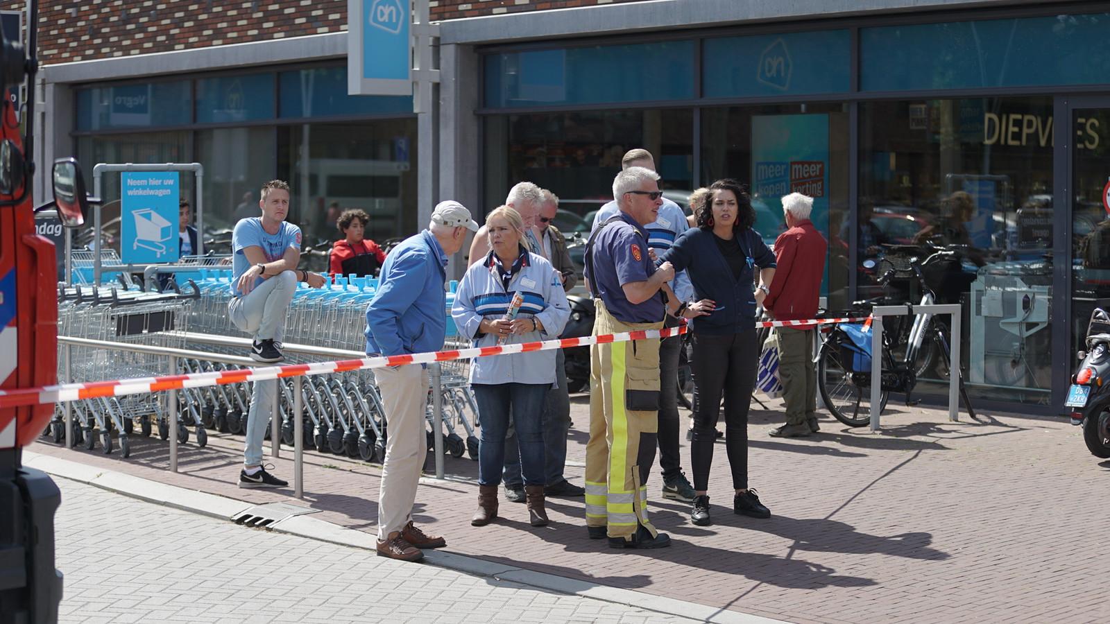 Winkelend publiek moet buiten wachten vanwege een gaslucht in winkelcentrum Keizerslanden in Deventer.