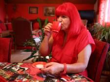 Vrouw met obsessie voor rood wil bizarre levensstijl na haar dood doorzetten