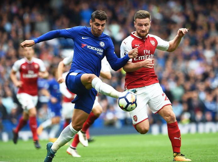 Shkodran Mustafi in duel met Chelsea-spits Alvaro Morata.
