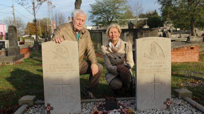 """Nadine Dezaeytijd bezorgt twee gesneuvelde Britse soldaten  eerbetoon: """"Hun graven fascineerden me"""""""