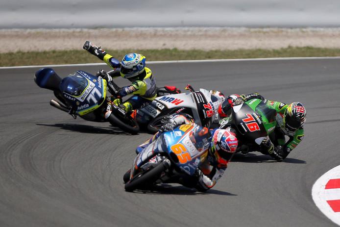 Crash! Philipp Oettl en Albert Arenas botsen in Barcelona.