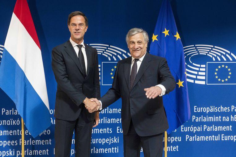 Mark Rutte (links) en voorzitter van het Europees Parlement Antonio Tajani Beeld null