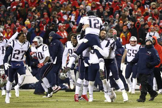 Tom Brady (#12) viert feest met New England Patriots na de zege op Kansas City Chiefs.