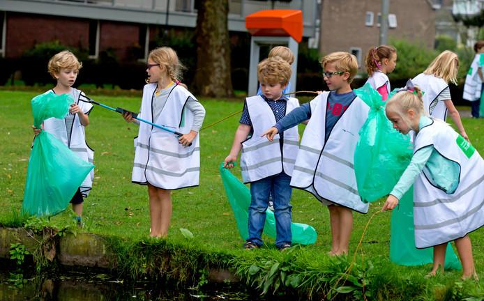Kinderen helpen zaterdag mee met de grote najaarsschoonmaak in de Rotterdamse buitenruimte. Archieffoto Bart Hoogveld