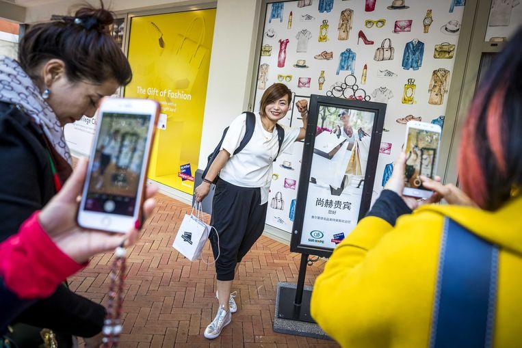 Chinese toeristen bij Designer Outlet Roermond. Veel bezoekende Chinezen gebruiken de app WeGoEU als een soort reisgids. Beeld ANP