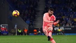 Orkestmeester Messi dirigeert Barcelona met twee geniale vrije trappen naar klinkende zege in derby tegen Espanyol