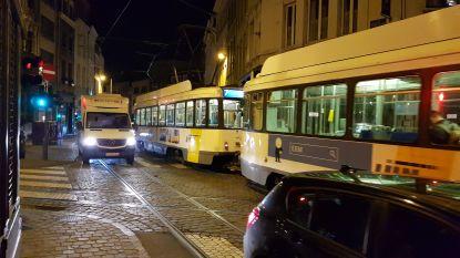 Bestuurder zonder rijbewijs maait drie voetgangers van de stoep in Antwerpen en pleegt vluchtmisdrijf: vrouw (47) in levensgevaar
