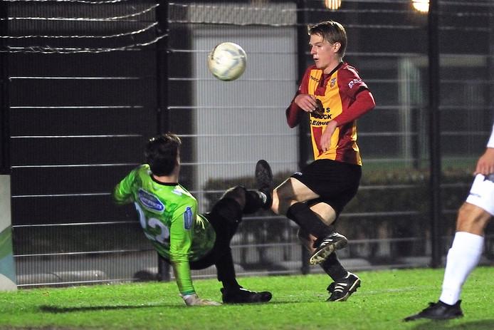 FC Bergen-doelman Pierre Koopman voorkomt een treffer van Steven van der Spek van Dosko. Foto: Peter van Trijen/Pix4Profs