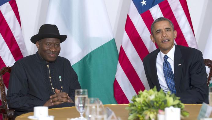 De Nigeriaanse president Goodluck Jonathan maandag naast zijn Amerikaanse ambtsgenoot Barack Obama.