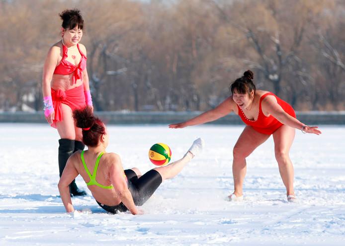 Stoere Chinese dames uit Shenyang spelen een potje voetbal in de sneeuw in het kader van Internationale Vrouwendag.