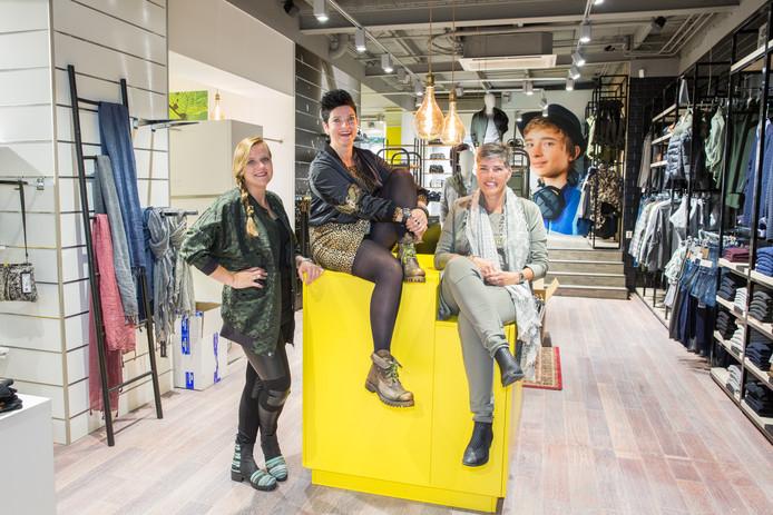 Eigenaresse nieuwe winkel in Oldenzaal ICKK geflankeerd door de medewerksters Rachel Hendriks (links) en Karin Johannink.