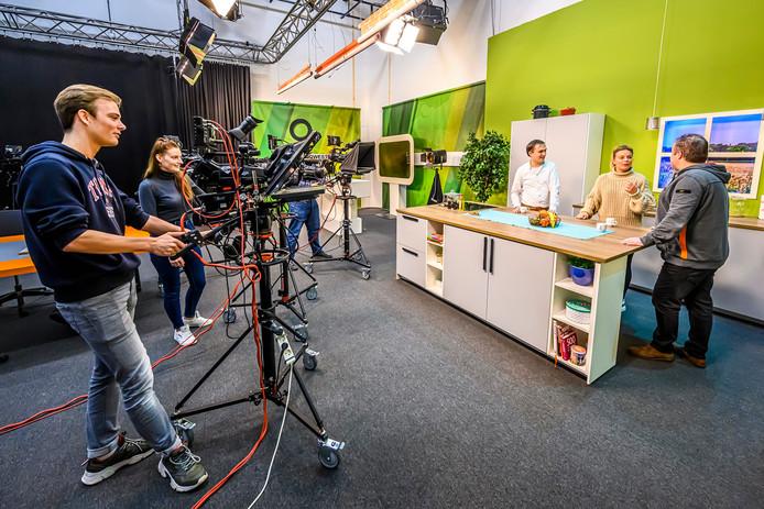 Opnames in de studio van ZuidWest TV in het Eventum. ZuidWest TV is een van de vaste gebruikers. In het midden directeur Maarten van den Boom.